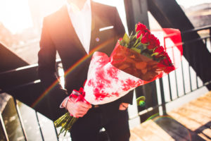 gentleman holding a bouquet of roses and waiting for his wife picjumbo com 300x200 - 「クライアント」の反対「対義語」まとめ!その意味も解説!